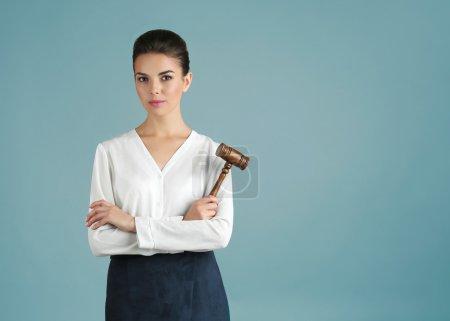 Photo pour Femme avec juge marteau sur fond gris - image libre de droit