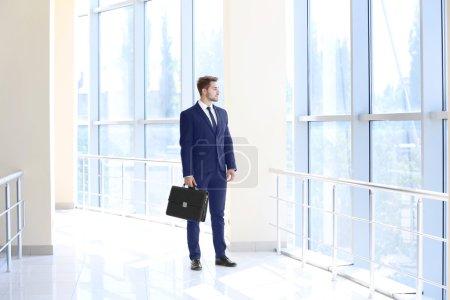 Photo pour Beau jeune avocat à l'immeuble de bureaux - image libre de droit