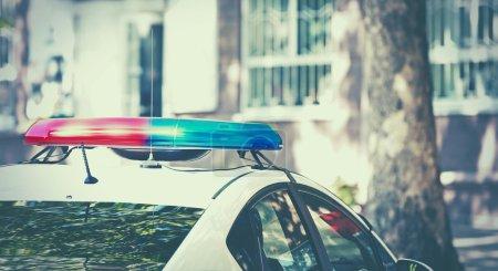 Photo pour Voiture de police garée dans une rue - image libre de droit
