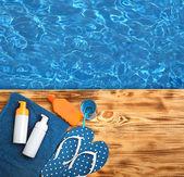 Letní pláž na pozadí vody bazénu