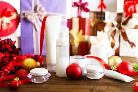 Photo pour Produits cosmétiques beauté avec décoration de Noël sur fond flou cadeaux - image libre de droit
