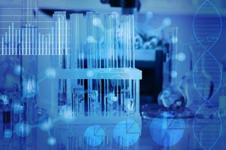 Photo pour Tubes à essai avec différentes fleurs, ton bleu. Concept de recherche scientifique . - image libre de droit
