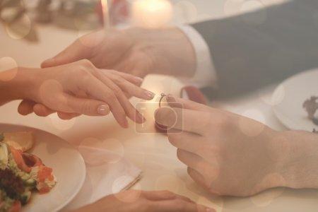 Homme faisant la demande en mariage à petite amie au restaurant, closeup