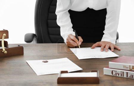 Photo pour Les documents signature avocate au bureau, bouchent avec vue - image libre de droit