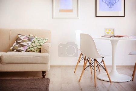 Photo pour Bel intérieur moderne avec canapé, table blanche et chaises - image libre de droit