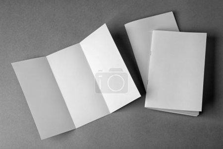 Foto de Folletos en blanco y folleto sobre fondo gris - Imagen libre de derechos
