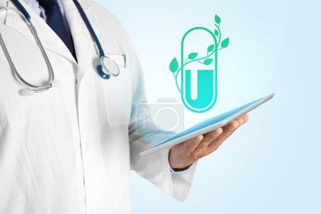 Photo pour Médecin main tenant comprimé avec projection de pilule. Concept de médecine alternative . - image libre de droit