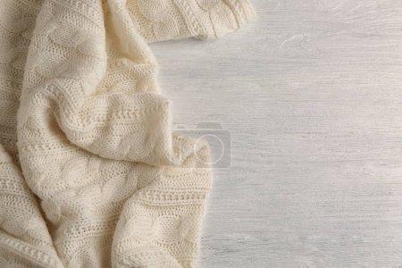 Photo pour Cozy plaid doux sur fond blanc en bois - image libre de droit