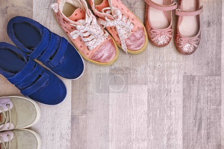 Foto de Zapatos de los cabritos colorido en piso - Imagen libre de derechos