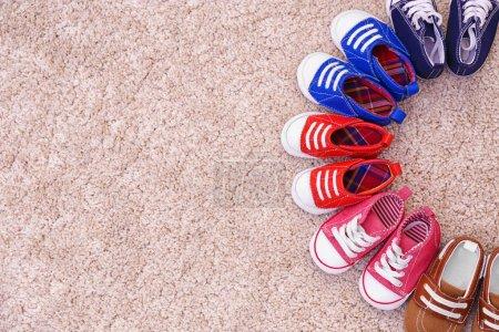 Foto de Zapatos coloridos para niños en el suelo - Imagen libre de derechos