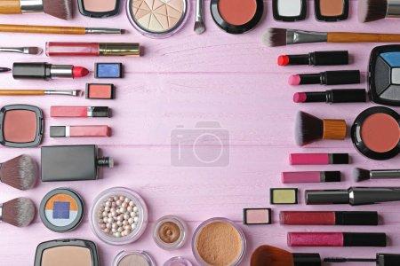 Photo pour Ensemble de cosmétiques décoratifs sur table en bois - image libre de droit
