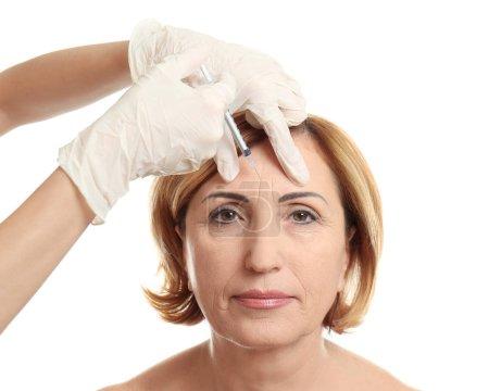 Photo pour Injection d'acide hyaluronique pour la procédure de rajeunissement facial - image libre de droit