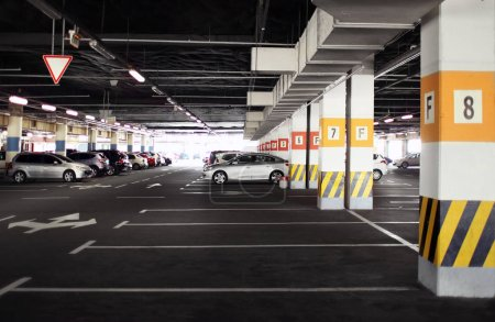 Photo pour Stationnement souterrain moderne de nombreuses voitures - image libre de droit