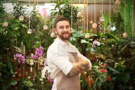Przystojny wytatuowany Kwiaciarnia