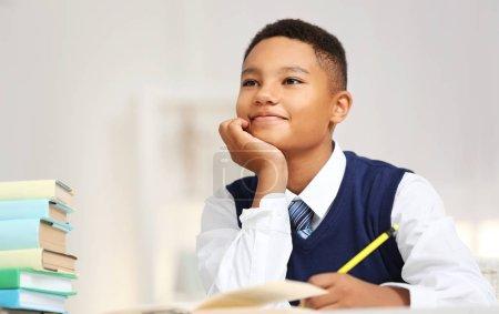 Photo pour Garçon mignon à la leçon à l'école - image libre de droit