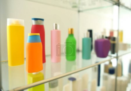 Photo pour Stand avec des produits cosmétiques dans la boutique de vente au détail - image libre de droit