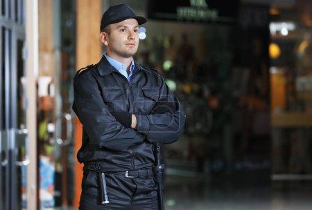 Photo pour Homme de sécurité permanent à l'intérieur - image libre de droit