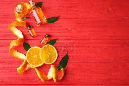 Photo pour Huiles aromatiques d'agrumes sur fond rouge - image libre de droit