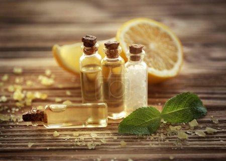 Photo pour Composition du magnifique spa aux huiles essentielles de citron sur fond en bois, gros plan - image libre de droit