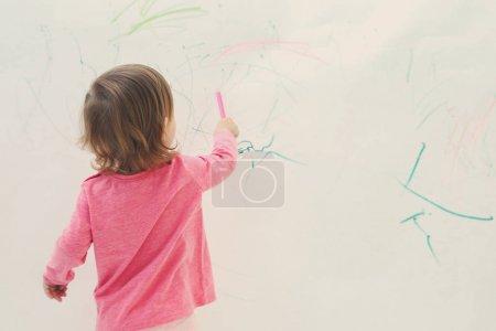Photo pour Mignon dessin de petite fille sur mur léger - image libre de droit