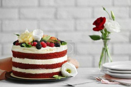Photo pour Délicieux gâteau avec des fruits et des baies sur table blanche - image libre de droit