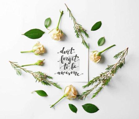 Photo pour Citer «N'oubliez pas d'être génial» écrit sur support papier avec des roses et feuilles sur fond blanc - image libre de droit