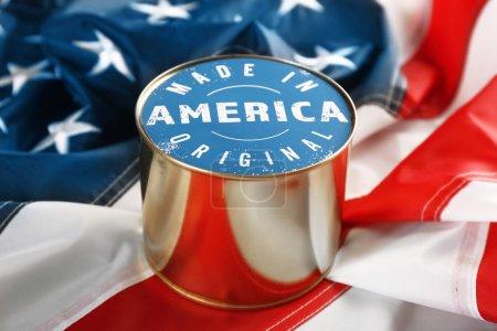 Photo pour Aliments en conserve le drapeau américain. Made in America - image libre de droit