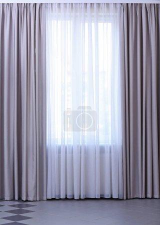 Photo pour Fenêtre de chambre avec rideaux blancs et gris - image libre de droit