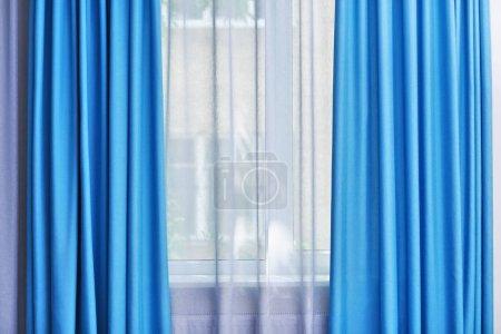 Photo pour Fenêtre de chambre avec rideaux blancs et bleus - image libre de droit