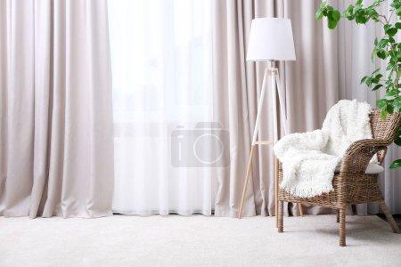 Foto de Interior de la habitación moderna con sillón y cortinas - Imagen libre de derechos