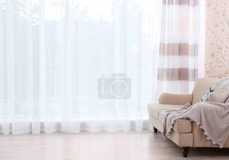 Foto de Nuevo sofá en cortina de fondo - Imagen libre de derechos