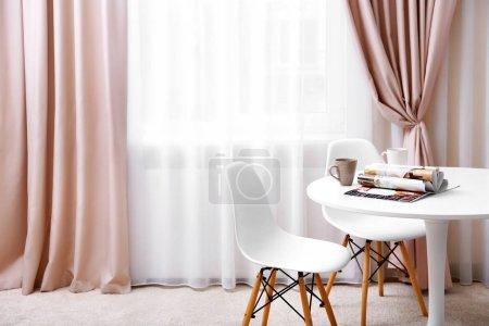 Photo pour Intérieur de la chambre moderne avec de nouveaux rideaux - image libre de droit