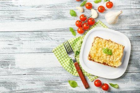 Photo pour Lasagne à la viande maison sur table en bois - image libre de droit