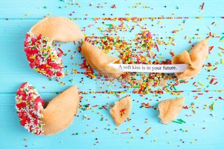 Photo pour Biscuits de fortune sur fond en bois - image libre de droit