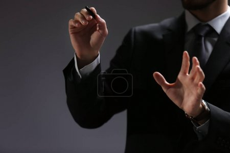 Geschäftsmann zeigt die Hand