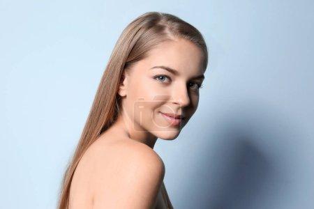 Photo pour Belle jeune femme sur fond de couleur - image libre de droit