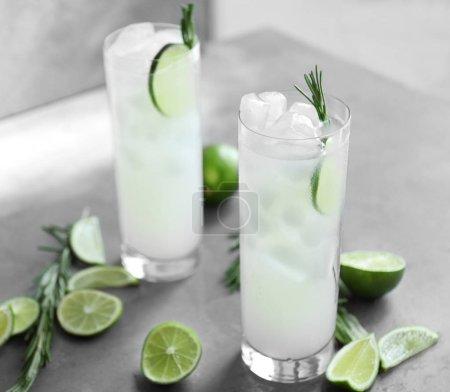 Photo pour Lunettes de cocktail avec glace sur fond gris - image libre de droit