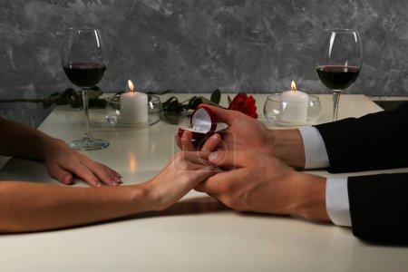 Mains de couple au restaurant