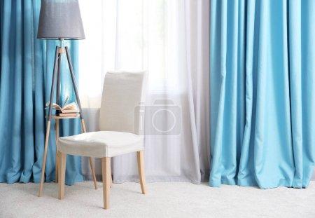 Photo pour Salon avec rideaux modernes - image libre de droit