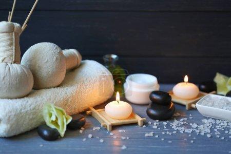 Photo pour Soins spa sur table en bois bleue - image libre de droit