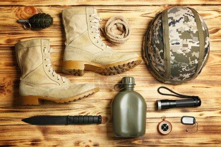 Photo pour Équipement militaire moderne sur fond en bois - image libre de droit