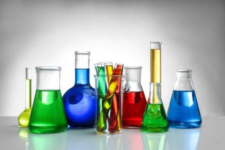 Chemiekolben und Reagenzgläser