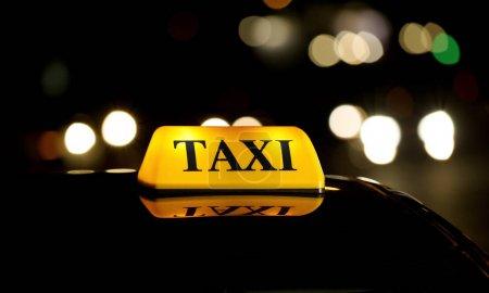 Photo pour Feu jaune de toit de taxi la nuit - image libre de droit