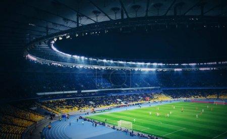 Photo pour Vue panoramique du stade moderne pendant le match de football - image libre de droit