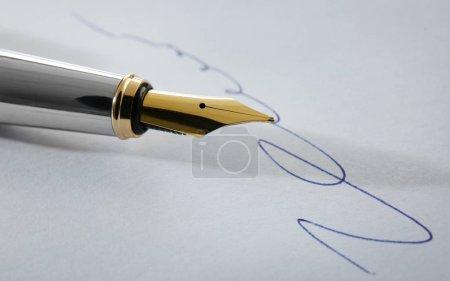 Photo pour Signature du notaire et stylo plume, bouchent avec vue - image libre de droit