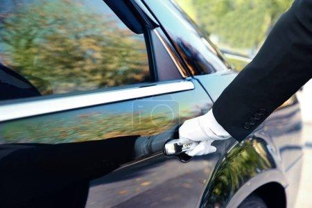 Photo pour Fermeture de la porte de voiture du chauffeur - image libre de droit