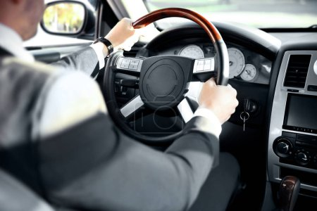 Photo pour Chauffeur conduisant une voiture, vue de l'intérieur - image libre de droit