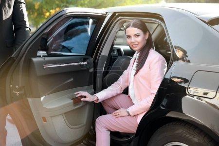 Photo pour Femme d'affaires en voiture de luxe - image libre de droit