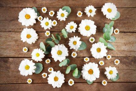 Photo pour Belles fleurs sur table en bois, vue de dessus - image libre de droit