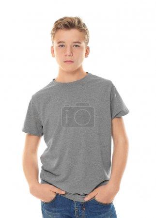 Adolescente en ropa casual